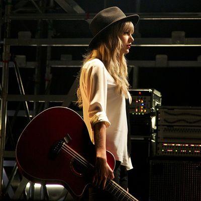 Taylor Swift - Girl at home Lyrics / Video, letra y traducción