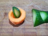 1 - Superposer 2 tranches de jambon et les tailler en rectangle (garder les chutes pour les utiliser dans une recette de rillettes ou de cake...). Placer le jambon sur un plat de service rectangulaire (ici une assiette imitation ardoise). Détailler dans la carotte 8 billes avec une cuillère parisienne et 2 petits tronçons. Evider les tronçons pour y positionner le concombre taillé en forme de feuilles comme sur les photos. Placer ensuite les divers éléments : nid de carotte et concombre, rondelles de cornichons, d'olives vertes et noires, câpres, fleurs de câpres, billes de carotte, feuilles de persil plat frais, 1ères fleurs du jardin comestibles, points de mayonnaise,  sur ou autour des tranches de jambon suivant votre inspiration.
