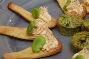 Suggestions de présentation : cuillères de crème de saumon, fèves et pavot