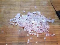 3 - Pendant la cuisson des cailles, préparer la sauce albufera. Peler et émincer les échalotes, les faire revenir dans une casserole avec une noix de beurre pendant 5 mn. Déglacer avec les différents alcools, puis laisser réduire de moitié. Rajouter le fond de veau préalablement dilué dans 40 cl d'eau chaude.