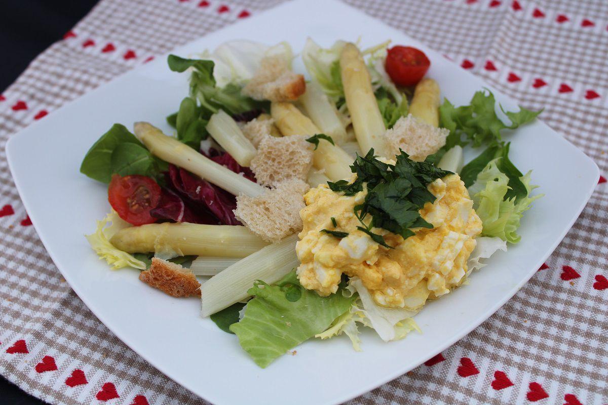 Salade d'asperges à la vinaigrette d'œufs durs et croutons