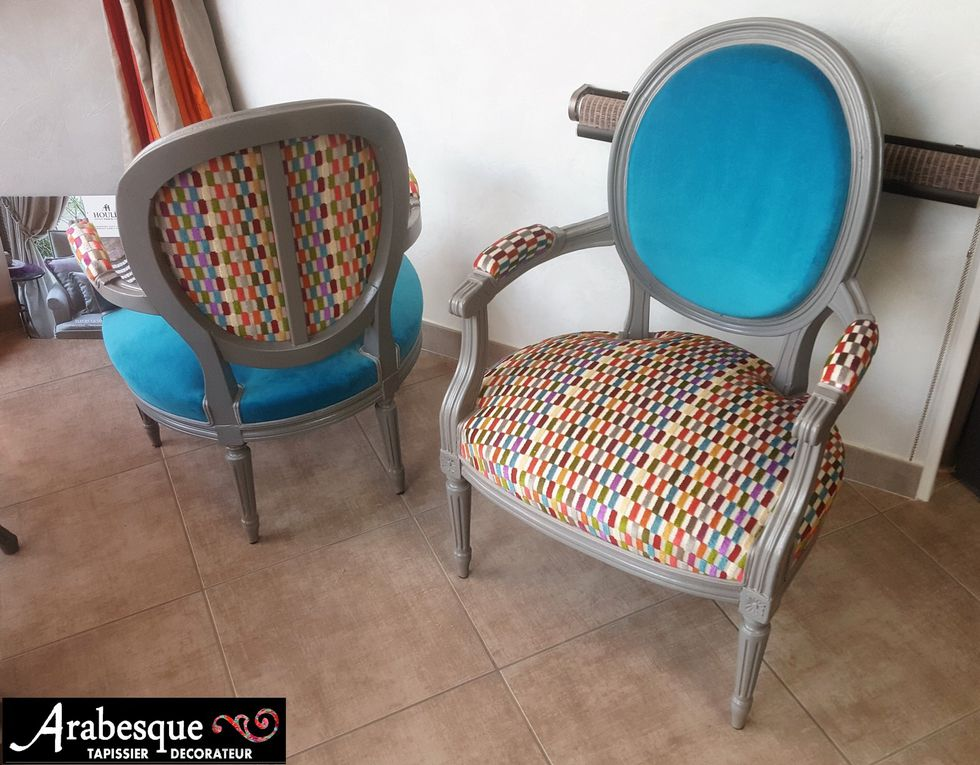 refection paire de fauteuils medaillon avec peinture et velours casamance et deschmaker arabesque tapissier decorateur thiers 63