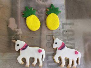 En pleine concentration pour faire mes décors en pâte à sucre, et mes petis sablés décorés.
