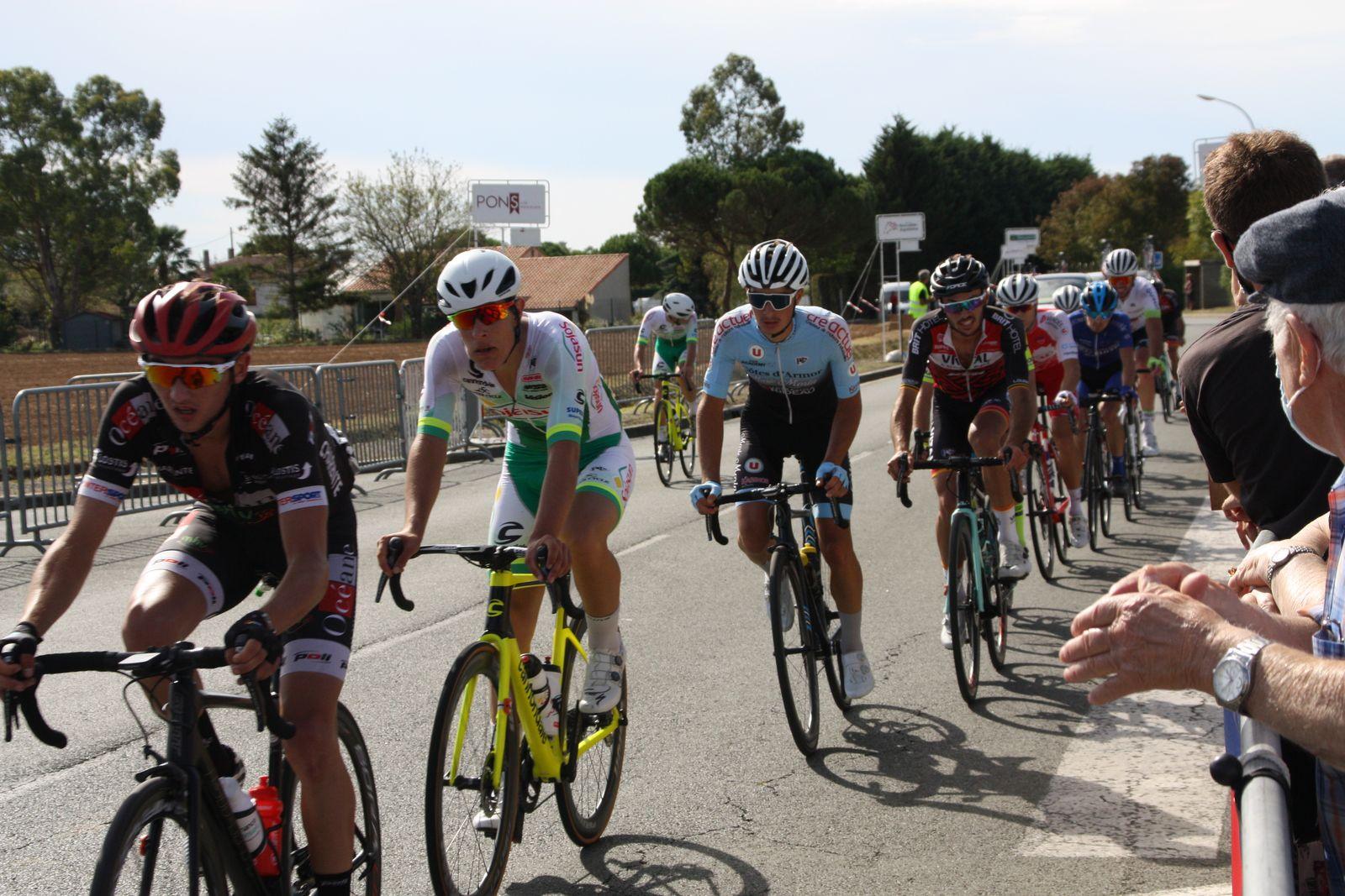 1er  passage sur  la  ligne  à  Gémozac , 2  hommes en  tête  suivis de  plusieurs  groupes avec  des écarts  importants