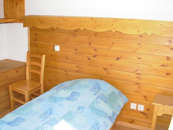 Hébergement de 125 places dans des chambres de trois lits ou module de deux  chambres de deux lits, avec salle de bains, toilettes dans chaque chambres.