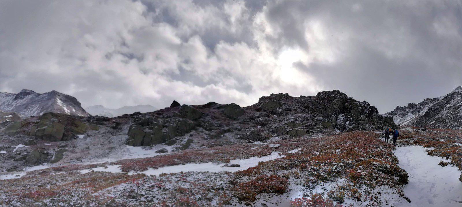 Le temps s'assombrit pour aller vers Les Châteaux (2201 m)