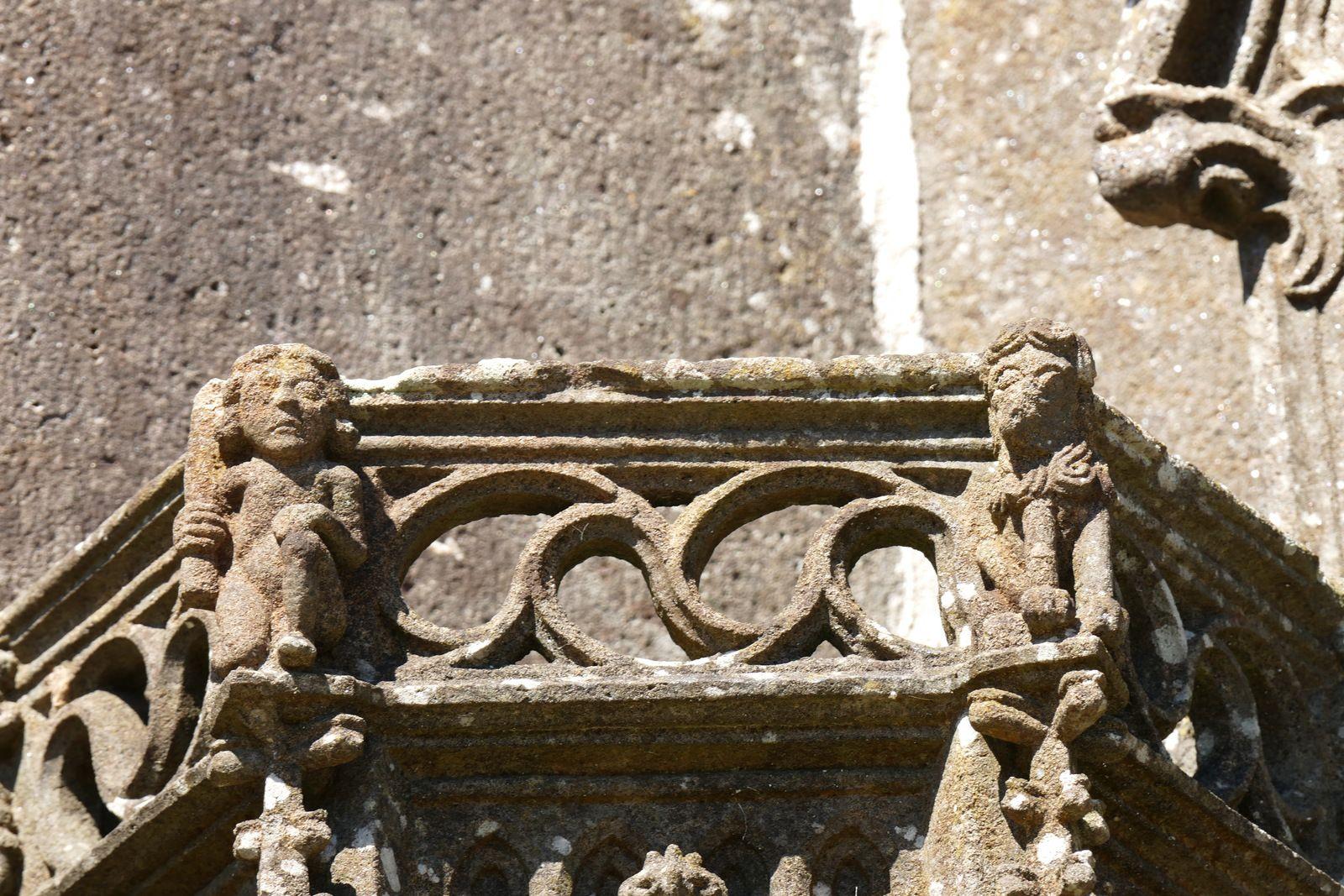 Dais des niches des contreforts (kersanton, Preigent, v.1553), porche nord de l'église de Pencran. Photographie lavieb-aile.