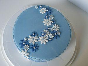 Gâteau fleuri bleu et blanc