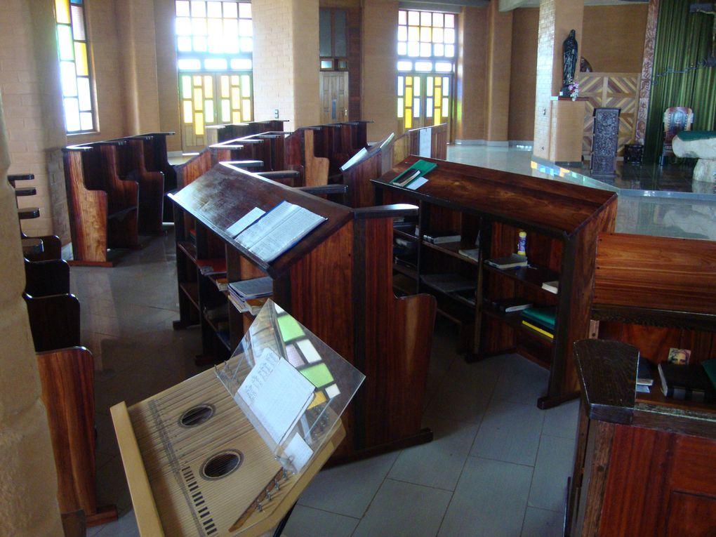 Au bout de deux semaines de mission dans les deux lieux dont j'ai parlé plus haut, nous sommes partis 3 jours dans un monastère ( Koutaba ) pour faire la relecture . Au cours de cette évaluation dans une ambiance de prière et de paix , nous avo