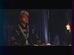 Fils de l'acteur John Barrymore Sr, John Drew Barrymore s'engagea d'abord dans l'armée avant, malgré les réticences de sa famille, d'embrasser une carrière artistique. Ses débuts, au théâtre, furent toutefois ralentis par le fait qu'il n'acceptait de monter sur les planches que s'il obtenait le premier rôle. Il mourut en 2004, près de 30 ans après son dernier film, 30 ans pendant lesquels il mena une vie d'ermite émaillée de problème de drogue, d'alcool, de violences conjugales et de déboires judiciaires en tout genre.