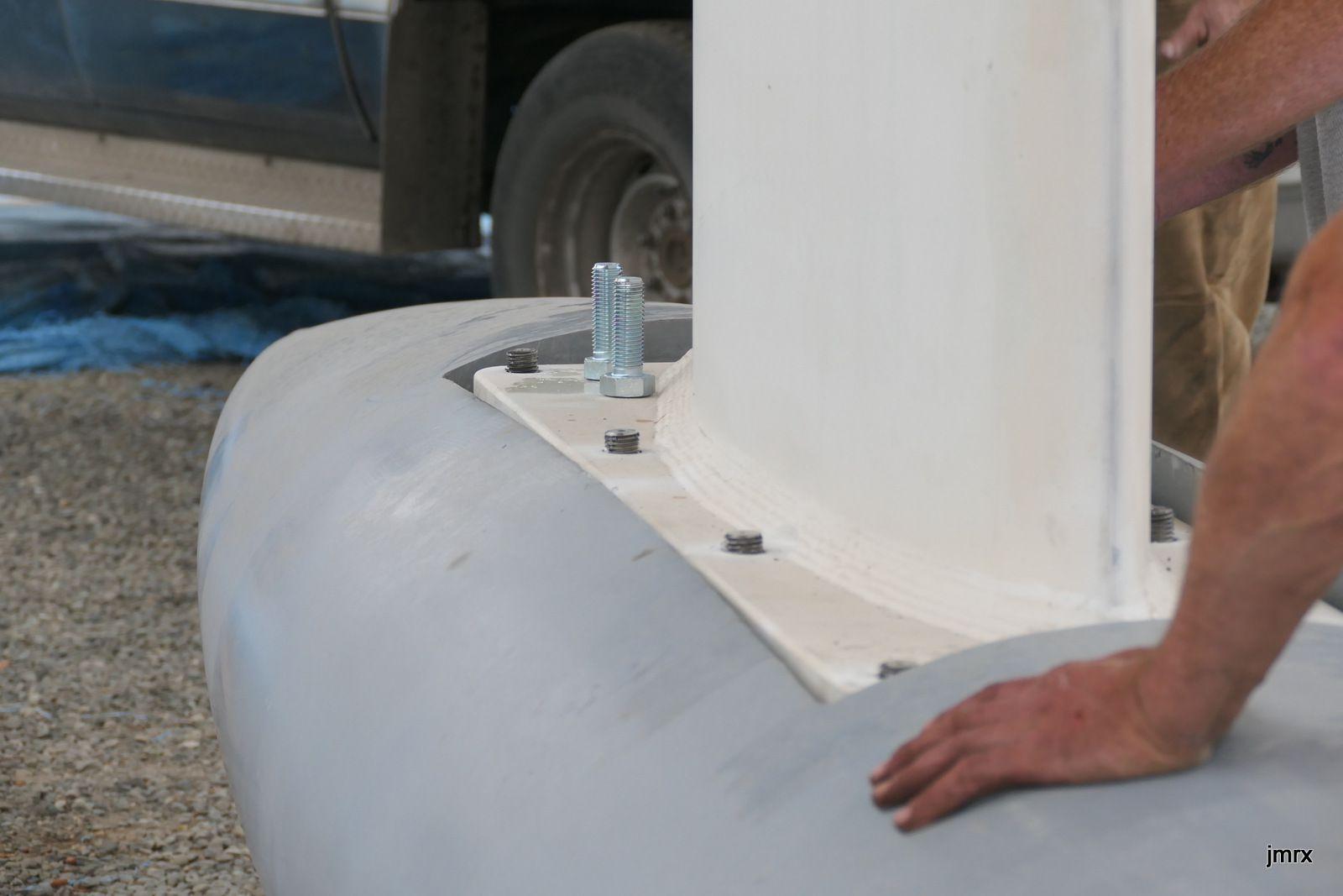 Un travelift de 300 tonnes positionne la quille au dessus du lest au millimètre près.