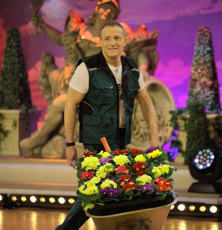 """Michel Müllers 23minütiger Auftritt ist am Stimmungsbarometer im Saal gemessen das absolute Highlight des Abends. Er bringt als Gärtner den Saal zum Toben und brilliert mit einem neuen Ohrwurm-Schlager """"Ich werde nie ein Schmetterling"""".."""