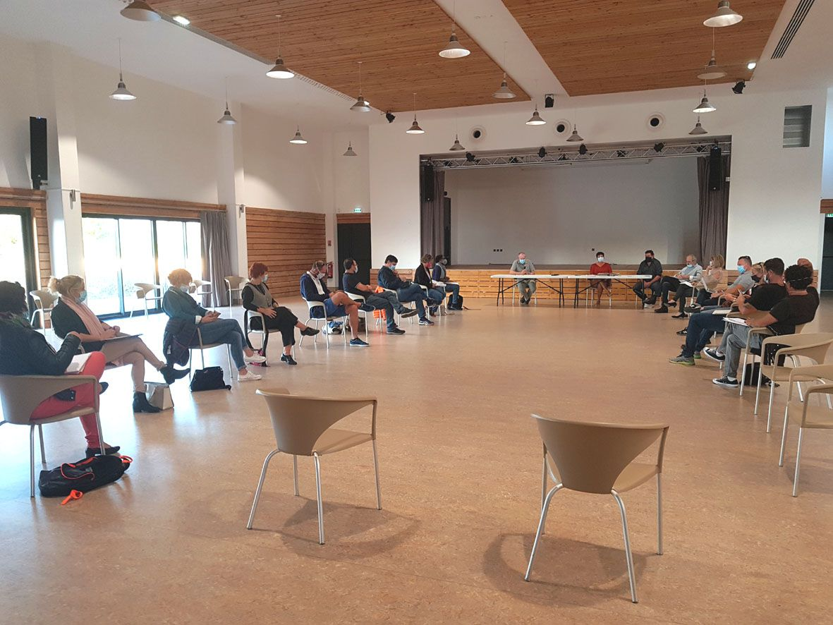 Le conseil municipal se réunit désormais salle Lucien Rioust avec la distanciation physique nécessaire et les gestes barrière (photo E.M.)