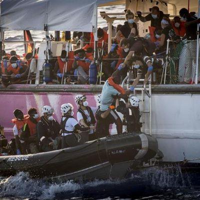 Carnage en Méditerranée : quatre naufrages, plus de 100 morts en trois jours et des bateaux de secours toujours bloqués par l'UE