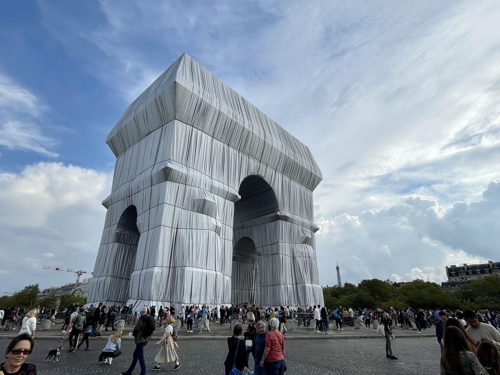 Cristo et Jeanne-Claude emballent l'arc de triomphe à Paris