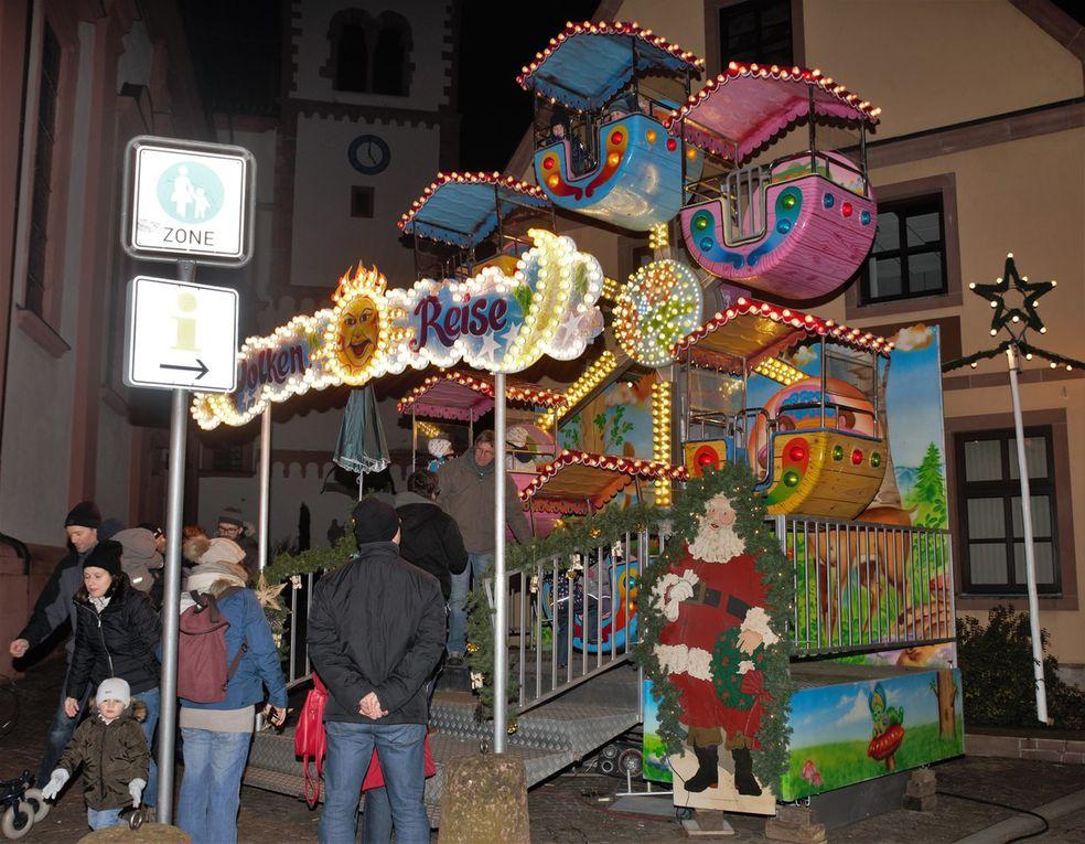 Auf dem Kirchplatz das Kinder-Riesenrad und der Süßigkeiten-Stand der Firma Jöst