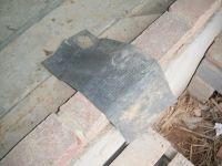De par la longueur de la grande baie-vitrée, nous devons installer la pierre en deux morceaux. De ce fait, il est nécessaire de placer un morceau de bande d'étanchéité à la jointure des deux pierres, ceci afin de contrer d'éventuelles infiltrations d'eau entre elles. Une fois les règlages effectués, nous nous assurons que les pierres ne bougerons plus en les bloquant.