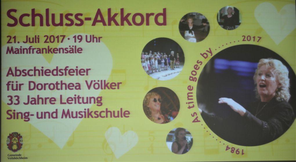 Nicht wie gewohnt als Dirigentin auf der Bühne, sondern bequem und voller Rührung in der ersten Reihe neben ihrer Familie in einem Omasessel sitzend, konnte Dorothea Völker den Schluss-Akkord ihrer 33jährigen Tätigkeit als Leiterin der Veitshöchheimer Sing- und Musikschule (SMSV) erleben.