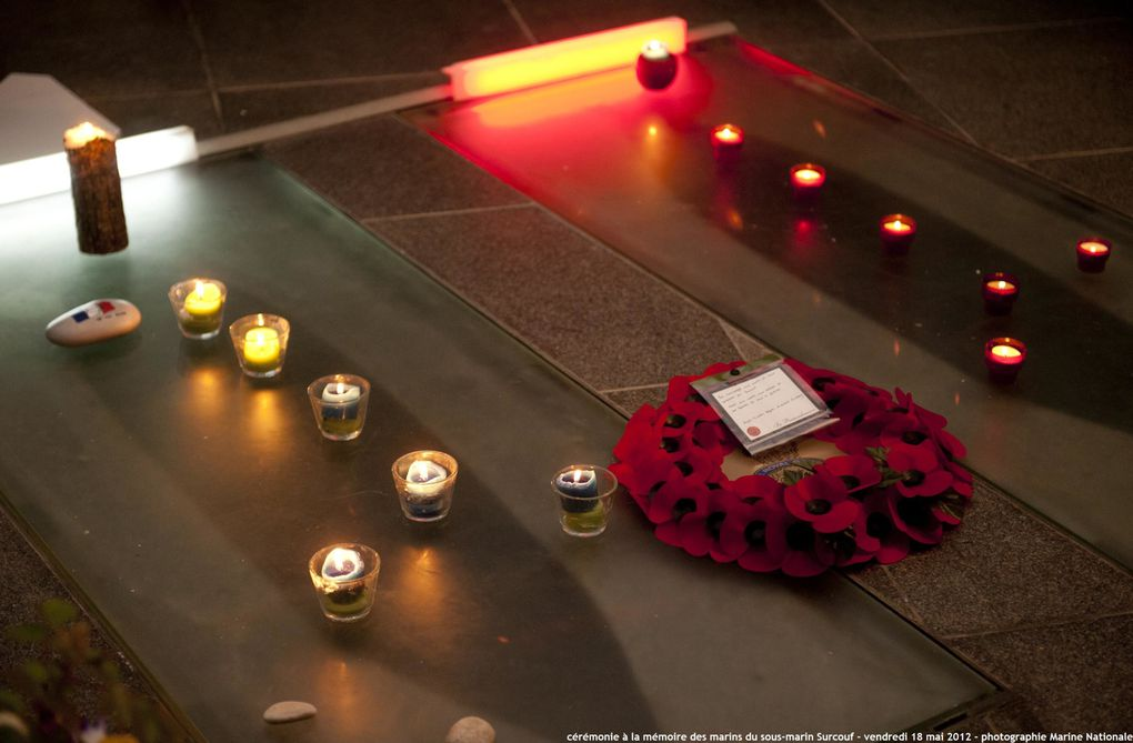 18 Mai 2012 - Moment de recueillement à la mémoire des marins du sous-marin Surcouf au cénotaphe de la Poine Saiont Mathieu.