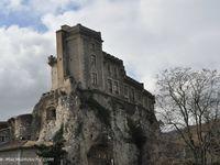 Le château est situé sur un piton rocheux. (clic sur les photos pour les agrandir)