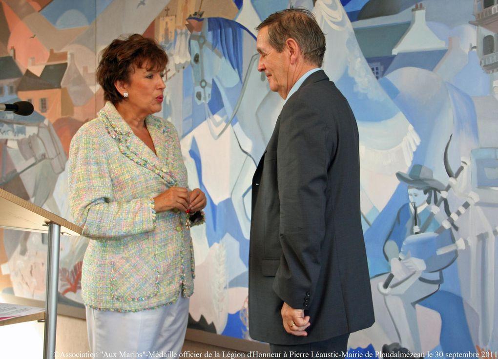 30 septembre 2011- mairie de Ploudalmézeau - Mme Bachelot-Narquin, ministre des solidarités et de la sohésion sociale a remis à Pierre Léaustic, l'insigne d'officier de la Légion d'Honneur.