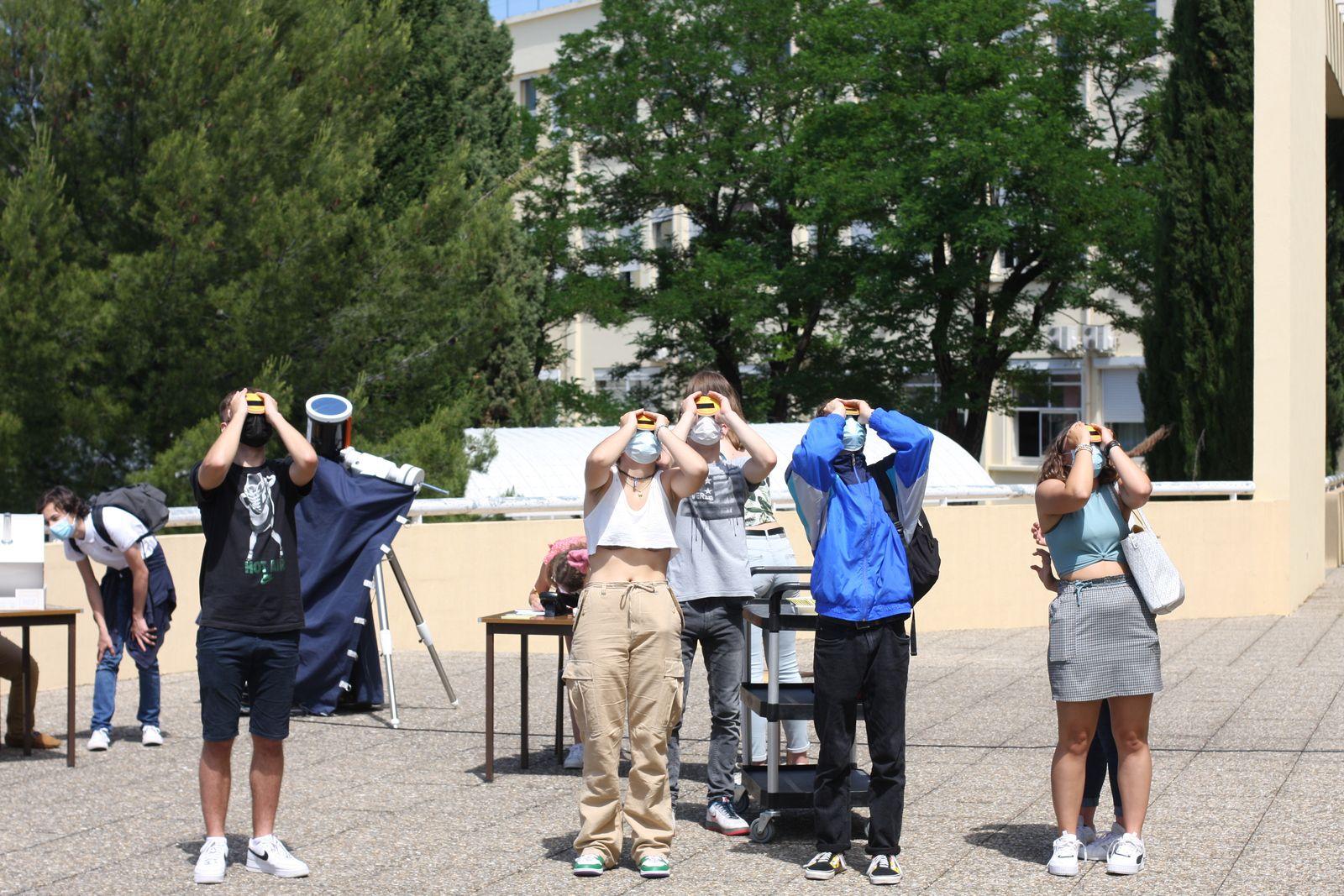 Les élèves utilisent des Viséclipses (Rétina France) avec des verres de soudeur pour observer le soleil en toute sécurité.