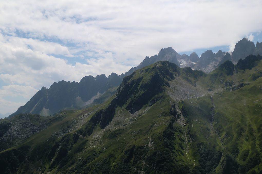 En direction du sud, c'est la chaîne de la Lauzière qui s'offre à nos yeux. Au premier plan, la Roche Noire (2315m) devant le Grand Pic de la Lauzière qui culmine à 2829 mètres.