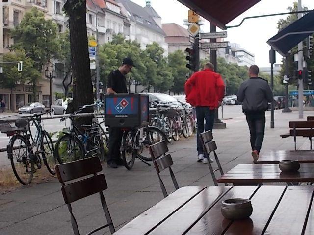 on peut mettre son vélo dans le métro, le schnell.......et a l 'arrière des bus grandes lignes...spaghetti pesto avant le départ pour Dieppe en bus le 24 juin 2017