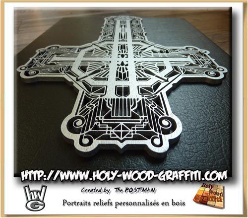 Les parties noires de la croix sont évidées à l'aide de ma scie, la croix se retrouve en finalité en relief sur le fond du tableau en simili-cuir noir