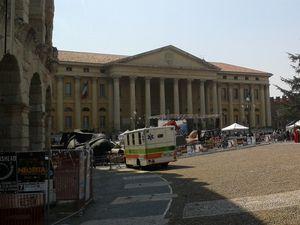 La vue du haut des arènes romaines : le Palazzo Gran Guardia caché par les arbres du parc, le Palazzo Barbieri, le parc et les restaurants, puis les petites terrasses en hauteur