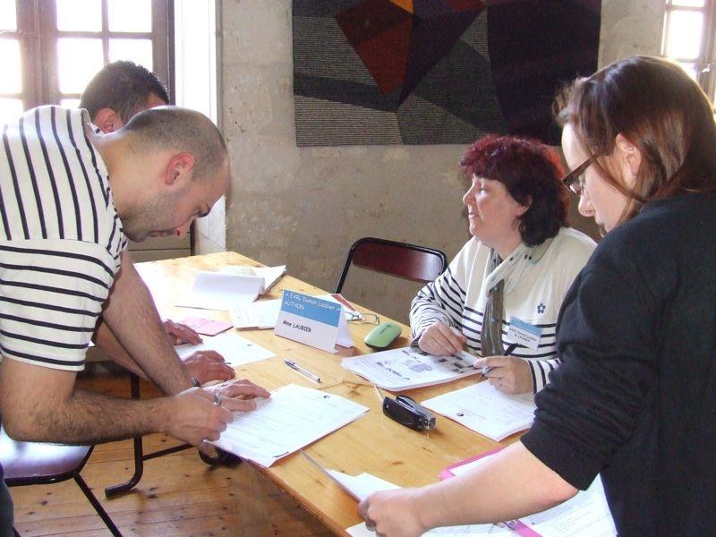 Dans les salons de l'Abbaye royale, 412 candidats à des emplois saisonniers ont rencontré une douzaine d'employeurs qui offraient des emplois estivaux.