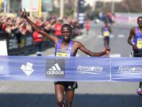 Mezza Maratona Internazionale RomaOstia 2015 (41^ ed.). Primi sul podio il kenyano Chermosin e l'etiope Amane Beriso. Poco di 11.000 i finisher