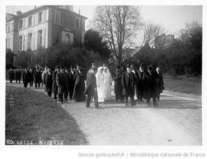 1er avril 1916 - Mr Poincaré président de la République visite l'hôpital Champion Smith, à Nogent-sur-Marne. Agence Rol.