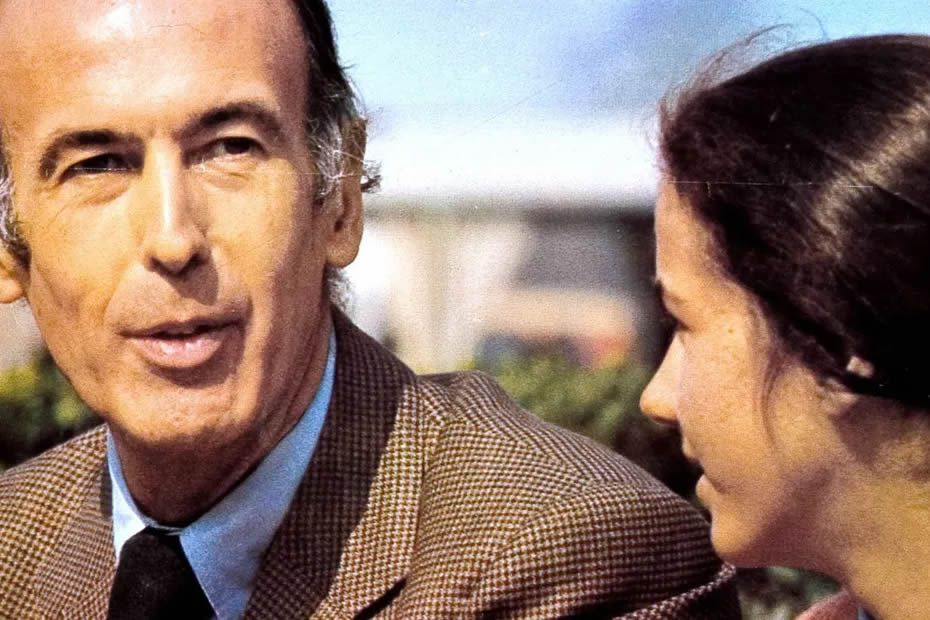 """Affiche de campagne du candidat Valery Giscard d'Estaing en 1974 lors de l'exposition """"Je m'voyais deja"""" en 2007. • © Hermann Wendler / passage de retz / AFP"""