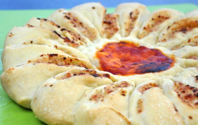 Pizza Soleil aux oignons, chèvre et lardons