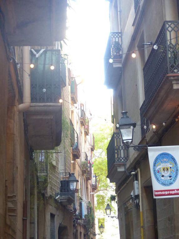 """Les rues, souvent étroites, souvent pavées, pas toujours baignées de soleil... Cette série commence par """"Entrada"""" et se termine par """"Salida"""" : vous aurez compris que cela désigne le début et la fin de la rue;"""