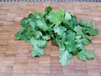 1 - Eplucher les gambas cuites, les découper en petits morceaux. Oter les tiges du bouquet de coriandre et ciseler. Emincer finement le blanc de poireau, citronner avec le jus d'un demi citron, rajouter une bonne cuil. à soupe de sauce soja et 2 à 3 pincées de graines de pavot. Réserver et laisser macérer.