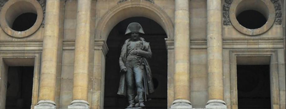 La statue de Napoléon aux Invalides.
