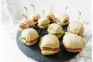 Mini-pains maison au jambon cru, salade, parmesan, pignons et huile de noisette
