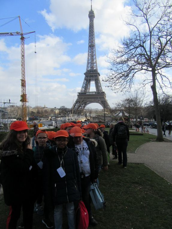 Pique-nique avec vue sur la tour Eiffel. Bon appétit !