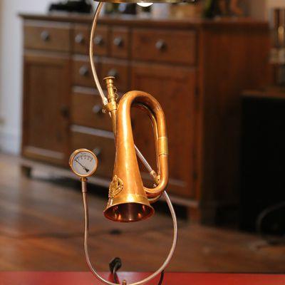 Imaginer et créer une lampe unique avec un ancien clairon