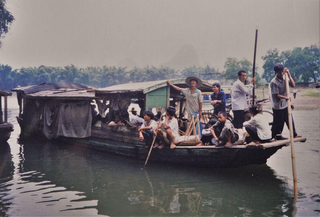 Déjà, en 1999, la Chine évoquait pour nous un monde très urbanisé, avec d'énormes centres industriels. Il nous restait à découvrir la campagne chinoise, proche de forêts immenses où les ours sont nombreux, sans parler des félins. Et, du côté de Guilin, province de Guangxi, la campagne est superbe entre les buttes calcaires. Les Chinois des environs arrivent en bateau sur la rivière Li au gros marché de Fulin, où l'on vend entre autres produits locaux, du tabac.