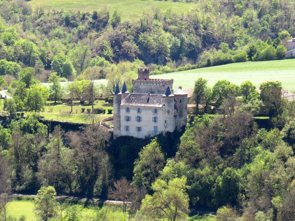 Petit village couronné par les importants vestiges de sa forteresse du XIVème siècle.