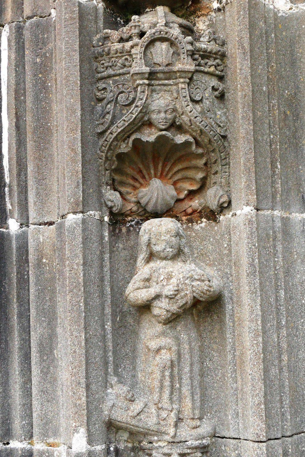 Piédroits (kersanton, traces de  polychromie, Prigent v.1553) du porche sud de Pencran. Photographie lavieb-aile.