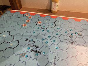 """Pendant ce temps les Japonais cherchent toujours...Au moins ils savent ou se trouve Midway ...Une deuxième vague est lancée mais ne cause que peu de dommage, la base n'a perdu que la moitié de ses 4 points de """"Hull"""" , pas assez pour la rendre inopérable."""