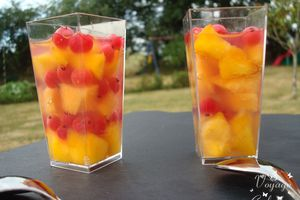 Verrines groseilles, melon, pêche à la gelée de Cointreau