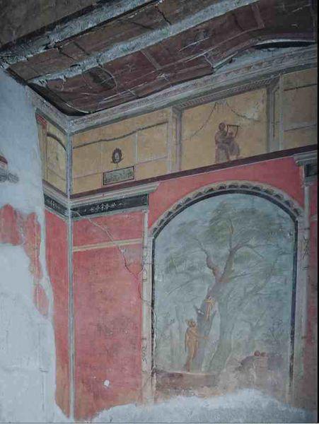 Le calidarium encadré de fines colonnes. Hercule est représenté dans le jardin des Hespérides