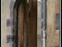 La veille porte en bois ravagée par les années ...