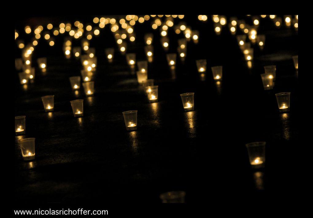 Pour fêter la millième photo de ce blog, j'ai pu disposer mille bougies sur la place du Palais Royal. Une petite averse au début nous en a éteint quelques centaines que nous avons rapidement pu rallumer. Images.