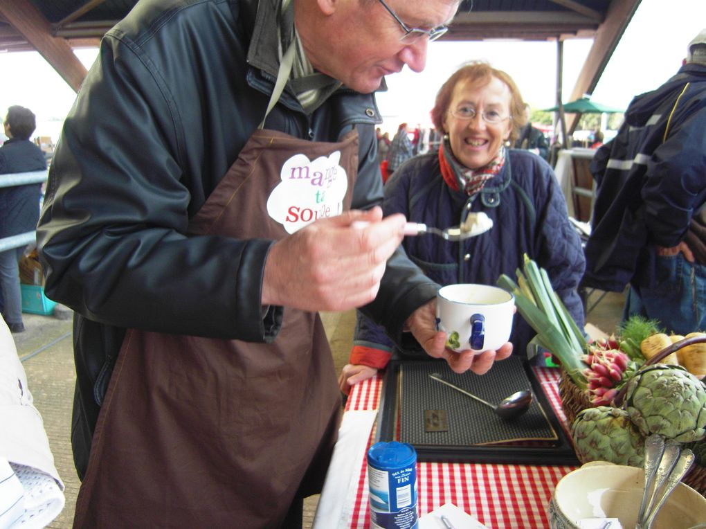 """Dimanche 2 mai - Carentan A partir de 7h30 l'association """"Mange ta soupe !"""" a remis les couverts dans l'ambiance de la foire au Rafrot afin d'offrir sa célèbre convivialité et chaleur autour d'une bonne soupe. Soupe au poireau et pomme de terre !"""